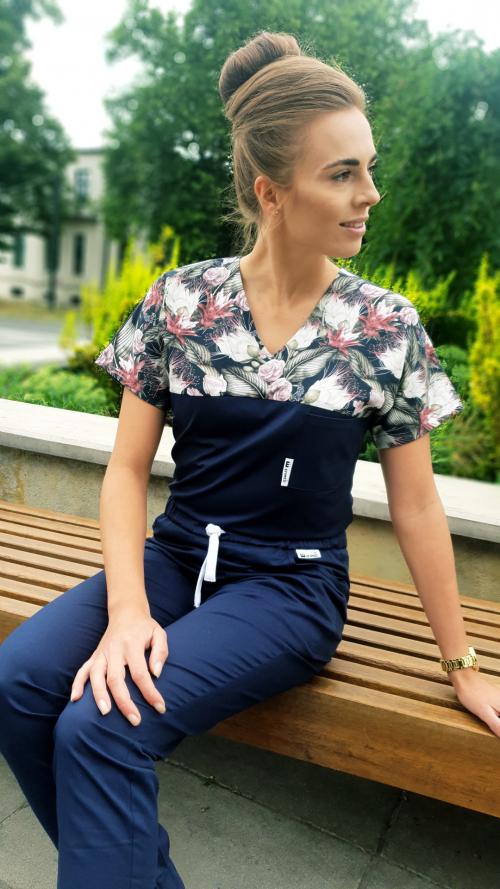 Bluza medyczna damska taliowana wzór wstawka kwiaty nocą kolor granat BAWEŁNA PREMIUM EFIMED