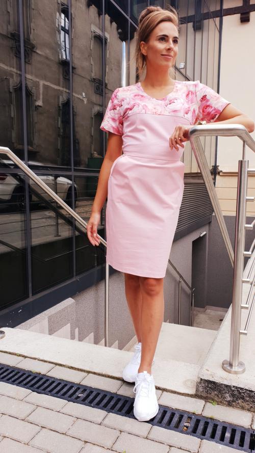 Sukienka medyczna taliowana wstawka wzór kwitnące róże kolor różowy BAWEŁNA PREMIUM EFIMED